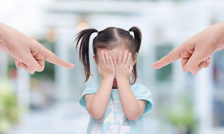 Bố mẹ không nên cùng la mắng